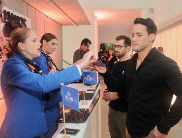 Aeromoças da KLM recepcionaram os convidados da festa de 19 anos do Glamurama