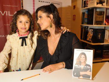 Mariana Kupfer autografa o livro 'Eu, Mãe e Pai' em agito no JK Iguatemi