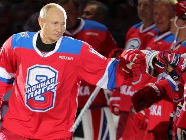 O presidente caiu! Play para conferir o momento em que Vladimir Putin leva tombo em partida de hóquei