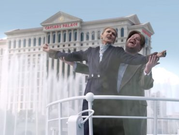 "Céline Dion e James Corden invadem fontes do hotel Bellagio em Las Vegas para reproduzir cena do ""Titanic"""