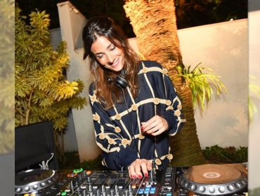 Chegou a vez da DJ Marina Diniz entregar seus hits para a festa de 19 anos do Glamurama