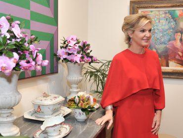 Mariana Berenguer recebe convidados em jantar chiqueria