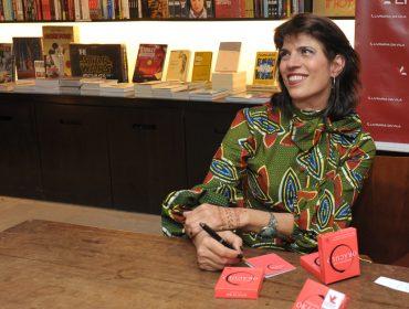 """Elisa Stecca autografa o livro """"Pergunte ao oráculo – 50 cartas para se conectar com a sabedoria sagrada"""""""