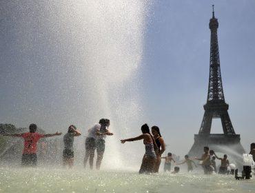 A Europa ferve! Pelo menos três pessoas já morreram nadando em praias para fugir do calor