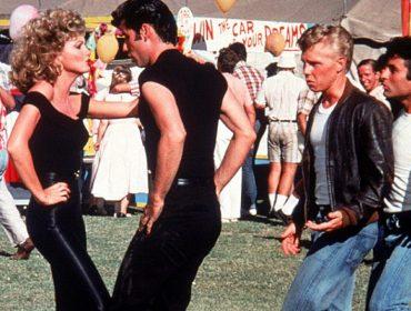 Peças do icônico figurino de 'Grease' vão a leilão. Jaqueta e calça da personagem Sandy valem 800 mil reais!