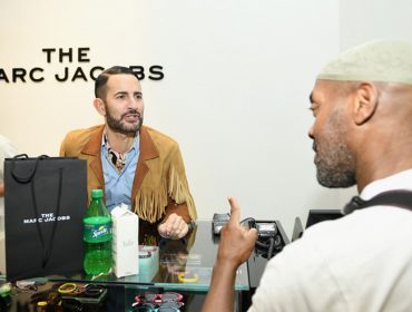 Marc Jacobs mostra que não tem frescura e ataca de balconista de loja em Nova York