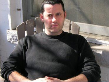 Meses atrás ele dirigia um Uber, e agora é autor de best-seller que vai virar filme. Prazer, Adrian McKinty!