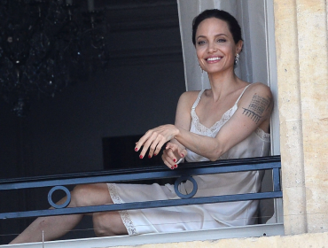 Angelina Jolie aparece só de lingerie em sacada de hotel parisiense. O motivo?