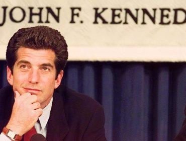 """Dupla personalidade de John John é revelada em novo livro sobre o """"príncipe americano"""" morto há 20 anos"""