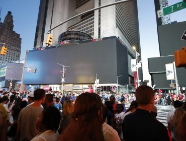 """Apagão em Nova York terminou com astros da Broadway reunidos com o """"povão"""" nas ruas"""