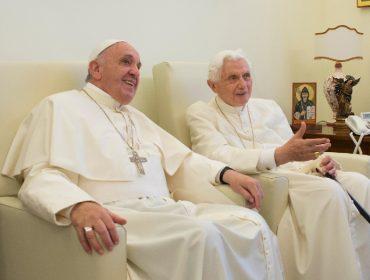 Novo livro polêmico defende a tese de que Bento XVI ainda é tão papa quanto Francisco