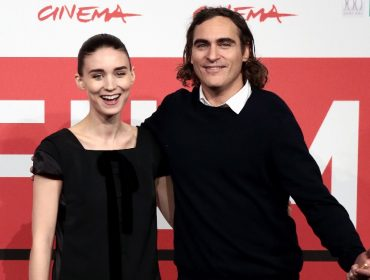 Juntos há três anos, Rooney Mara e Joaquin Phoenix finalmente noivaram. Aos detalhes!