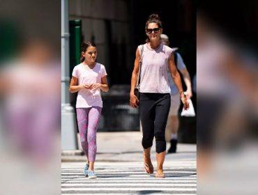 """Filha de Katie Holmes e Tom Cruise, Suri Cruise """"quebra"""" a internet por causa da semelhança com a mãe"""