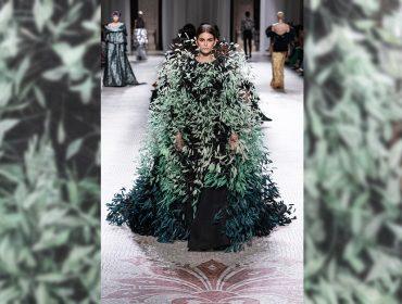 """Kaia Gerber rouba a cena na passarela da Givenchy como uma """"mulher-pássaro"""" aprisionada"""