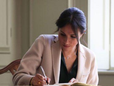 Caligrafia perfeita de Meghan Markle chama atenção em cartão de agradecimento que ela escreveu