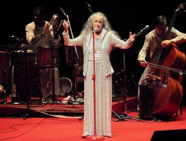 Maria Bethânia arrebata no show 'Claros breus' no palco do Credicard Hall