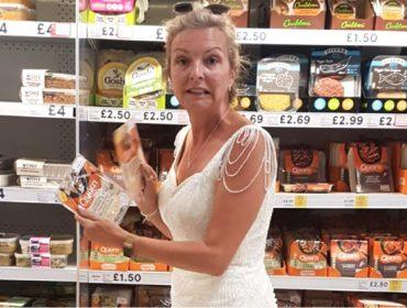 Britânica vira celebridade ao usar seu vestido de noiva como uniforme para tarefas do dia-a-dia… Entenda!