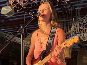 Marina Goldfarb muda de nome para se lançar na vez na carreira musical e apresenta sua primeira música autoral