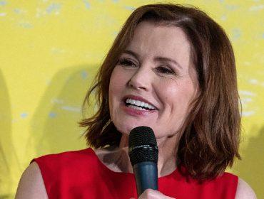 """Geena Davis passa vergonha ao ter que admitir para juiz que mentiu sobre """"casamentão"""" com Reza Jarrahy"""
