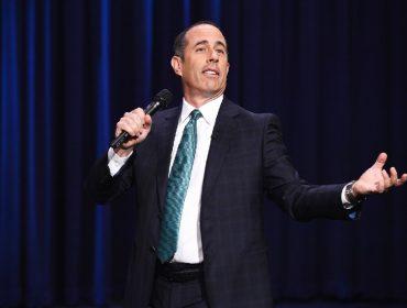 Jerry Seinfeld é flagrado saboreando cheeseburguer com vinho de R$ 2 mil