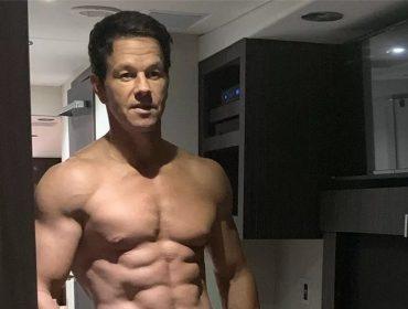 """Aos 48 anos, Mark Wahlberg impressiona até Tom Brady com tanquinho de fazer inveja…""""Idade é apenas um número"""""""