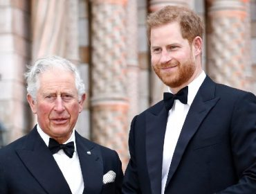 """Príncipe Charles chama Harry para uma conversa séria e avisa o caçula: """"Você não é normal"""""""