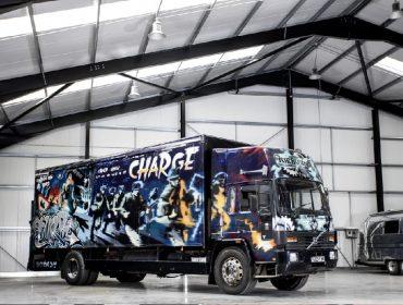 Van grafitada por Banksy vai a leilão este mês em Londres e pode ser arrematada por mais de R$ 7 mi