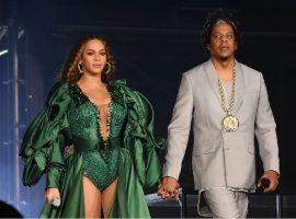 """Casal mais rico do showbiz, Beyoncé e Jay-Z curtem """"date night"""" em pizzaria de NY"""