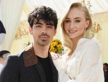 Joe Jonas usa jaqueta com estampa inspirada na personagem mais famosa de Sophie Turner, sua mulher