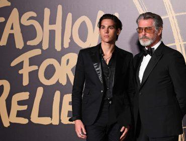 Filho de Pierce Brosan rouba a cena em evento beneficente que tem Naomi Campbell como embaixadora