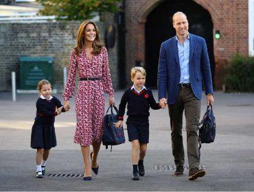 """Acompanhada dos pais e do irmão mais velho, princesa Charlotte """"estreia"""" na escola sob flashes"""