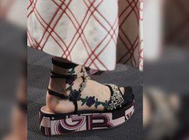 Desejo do Dia: sandália com 'pegada' 70s usada com meia estilo tatuagem da Giambattista Valli