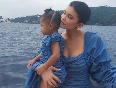 Enquanto dança com a mãe Kylie Jenner, Stormi pede música do pai rapper… Climão à vista?