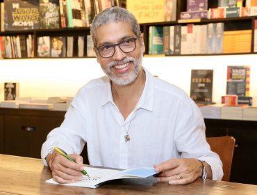 """Estevão Ciavatta faz tarde de autógrafos de """"Mais Leve que o Ar"""" em SP"""