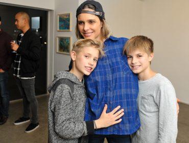 Na reta final da gravidez, Fernanda Lima faz rara aparição ao lado dos gêmeos Francisco e João
