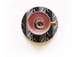 Lá em Casa: A xícara 'devora-me' da primeira coleção de louças de Adriana Barra