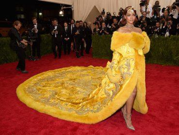 Estilista queridinha de Rihanna vai leiloar vestido com fios de ouro e deve alcançar R$ 2 mi!