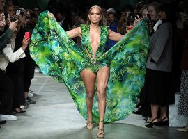 O icônico vestido da Versace usado por Jennifer Lopez agora pode ser seu. Só desembolsar R$ 38 mil por ele, que tal?