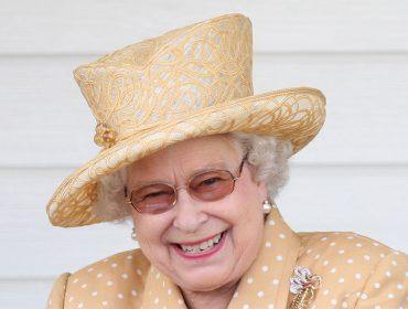 Elizabeth II prova que ninguém é velho demais para fazer piada… Glamurama entrega o lado engraçadinho da rainha
