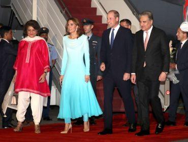 Kate Middleton aposta em versão moderna da tradicional roupa paquistanesa em sua chegada ao país