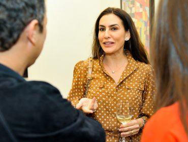 Ticiana Villas Boas faz rara aparição em abertura de exposição de Vik Muniz em São Paulo
