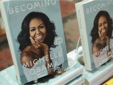 Lançado há um ano, livro de memórias de Michelle Obama se torna o mais vendido da história