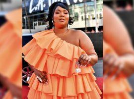 Rapper rouba a cena ao surgir com mini acessório no tapete vermelho do American Music Awards. Entenda!