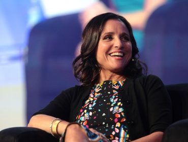 "Julia Louis-Dreyfus relembra seus anos de 'Saturday Night Live': ""Havia muito, mas muito machismo"""