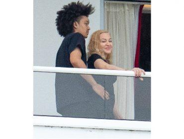 Love is in the air? Madonna é clicada na sacada de hotel sendo abraçada por dançarino