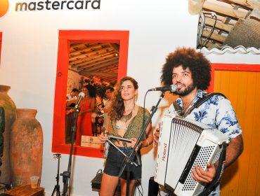 Mariana Aydar e Mestrinho comandam a abertura da casa Mastercard no Quadrado de Trancoso