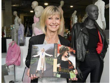 Jaqueta de couro leiloada por R$ 1 mi por Olivia Newton-John é dada de presente para a atriz