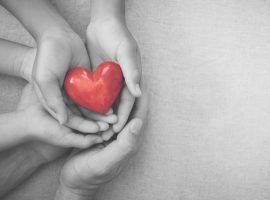 GivingTuesday celebra o poder da doação em época de gastos excessivos. Glamurama explica a data