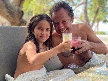 """Vik Muniz volta às origens e curte férias com a família no Ceará: """"Olhos inchados de tanta beleza"""""""