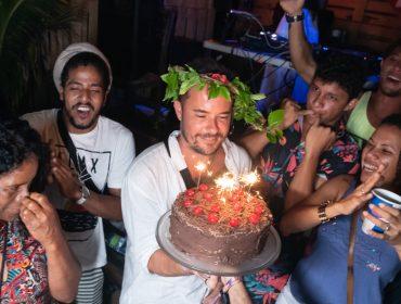 Paulinho Vilhena comemora seu aniversário com luau lotado de celebs em Noronha